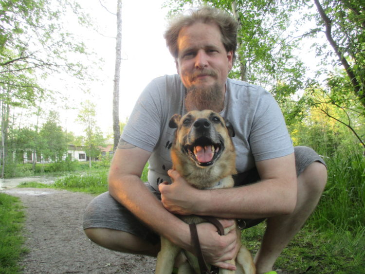 Teppo Näivö ulkona koiran kanssa.