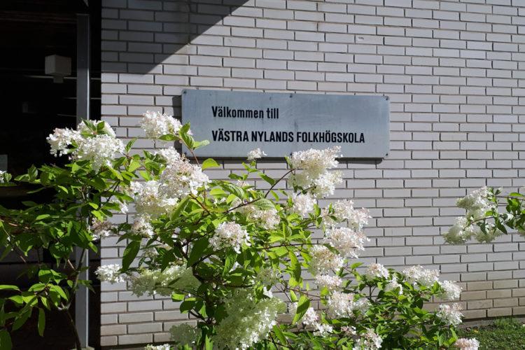 En skylt som innehåller texten Välkommen till Västra Nylands Folkhögskola.
