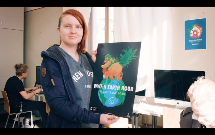 Tiina Hautamäki esittelee kuvaa maapallosta.