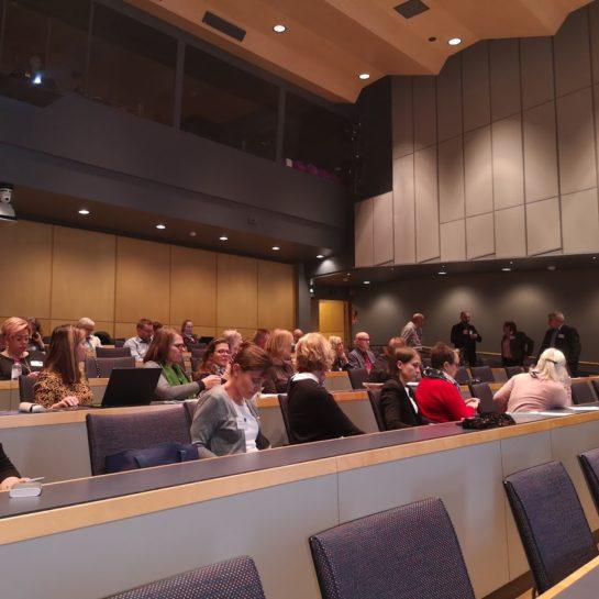 Kansanopistokokous. Ihmisiä istumassa auditoriossa.