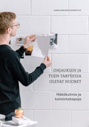 Ohjauksen ja tuen tarpeessa olevat nuoret -julkaisun kansikuva. Nuori mies kiinnittää lappua seinään.