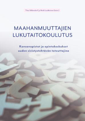 Maahanmuuttajien lukutaitokoulutus -julkaisun kansikuva. Kannessa on kuvituskuva kirjaimista sekalaisessa kasassa.
