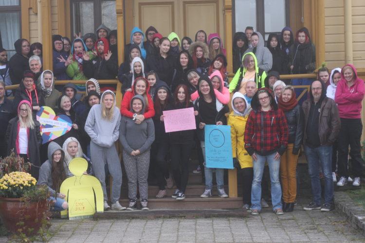 Opiskelijajoukko kansanopiston portailla.